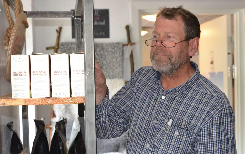 gårdbutikken, Karsten Kjærgaard studerer sortimentet